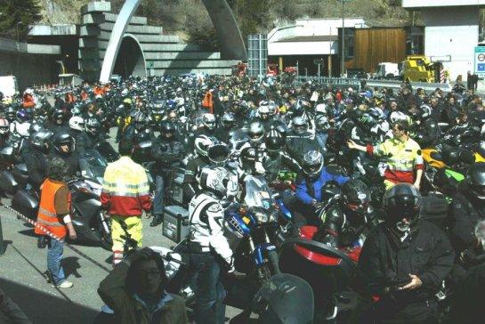 un-flot-de-6-000-motos-arrive-et-ce-sont-plus-de-8-000-personnes-venues-commemorer-pier-luccio-tinazzi-dit-spadino-photos-dl-ph-c